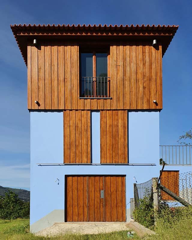 Moradia resultante da reconversão de um posto da Guarda Fiscal, Ceivães, Vale do Minho.