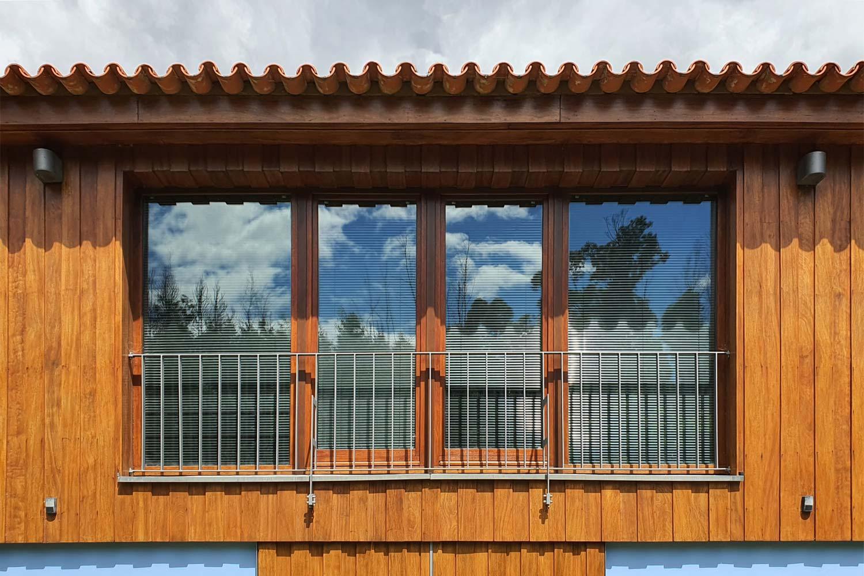 Pormenor da fachada do piso superior, revetida a madeira, Ceivães, Monção.