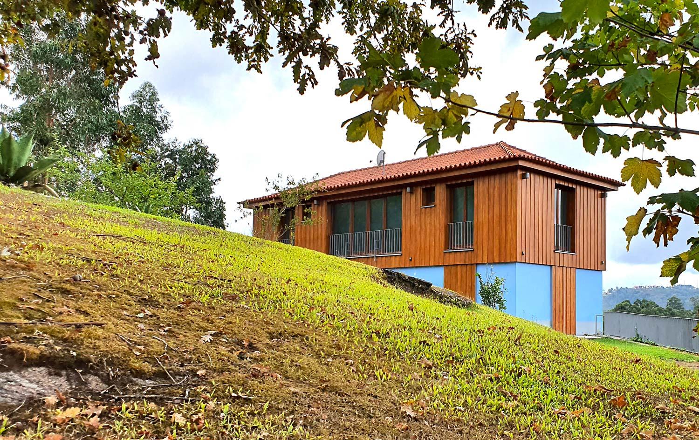 Vista da fachada sul da moradia construída sobre um antigo posto da Guarda Fiscal na margem do Rio Minho, Ceivães, Monção.