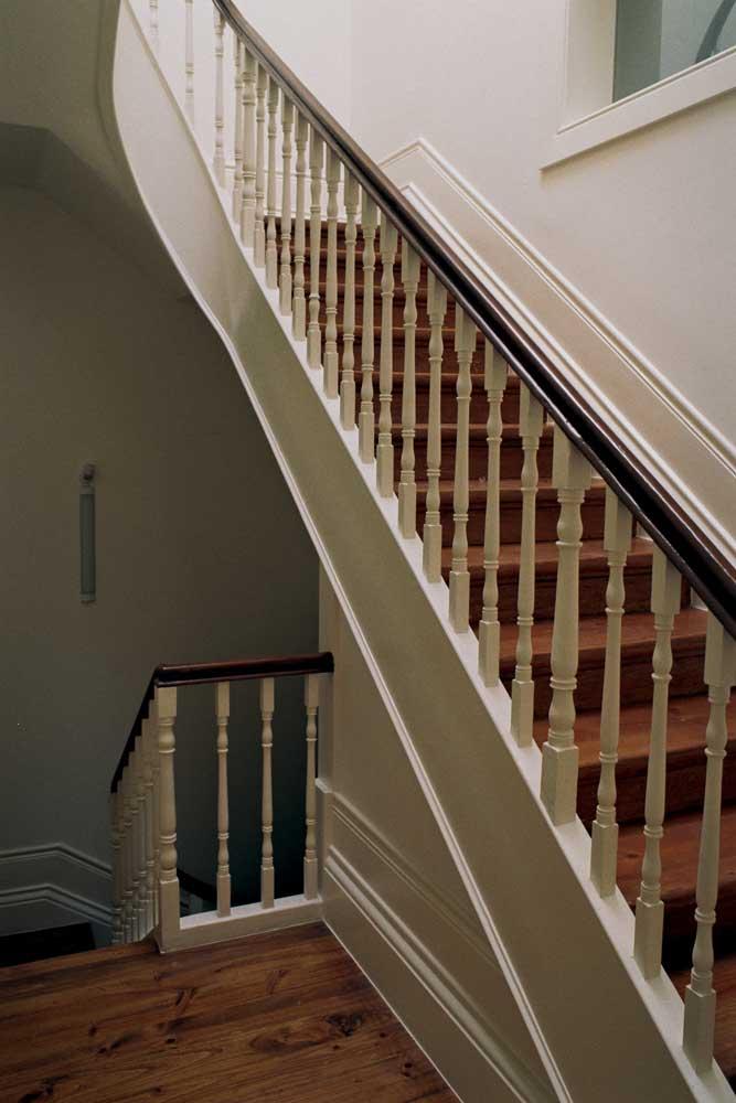 Lanços de escadas existentes reabilitadas em edifício convertido em apartamentos T0 e T1, no Porto.