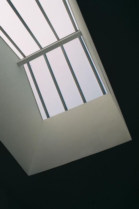 Pormenor de claraboia que ilumina e ventila as escadas de acesso aos apartamentos emprédio reabilitado.