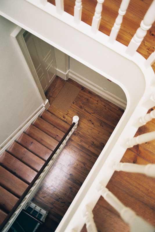 Escadas de acesso aos apartamentos em edifício do início de séc. XX reabilitado.