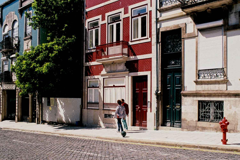 Fachada remodelada de um edifício reabilidado na Rua Álvares Cabral, Porto.