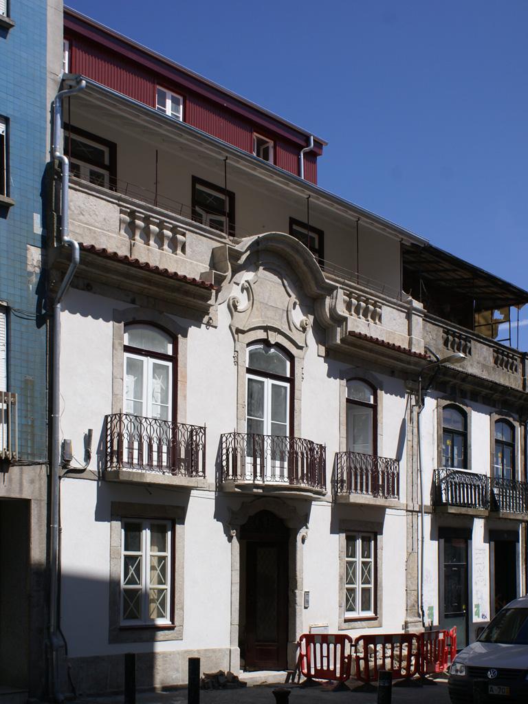 Fachada de edifício de apartamentos em Mértires da Liberdade.