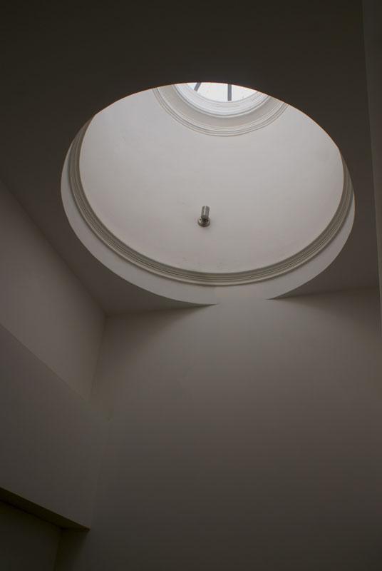 Pormenor da claraboia que proporcina iluminação e ventilação natural às escadas de acesso aos apartamentos do edifício reabilitado, nas Rua dosBragas, Porto.