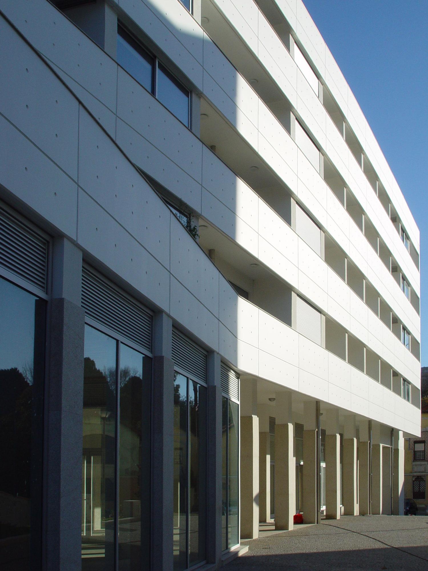 Pormenor da fachada de um dos edifícios de apartamentos da Quinta do Choupelo, V. N. de Gaia.