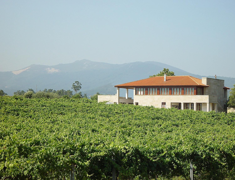 Vista da casa de quinta, construída em Santo amaro, Ceivães, Monção.