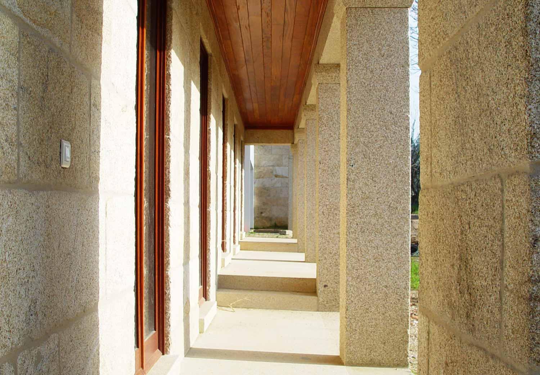Vista do pórtico da fachada principal da casa de quinta em Santo Amaro, em Ceivães, Monção.