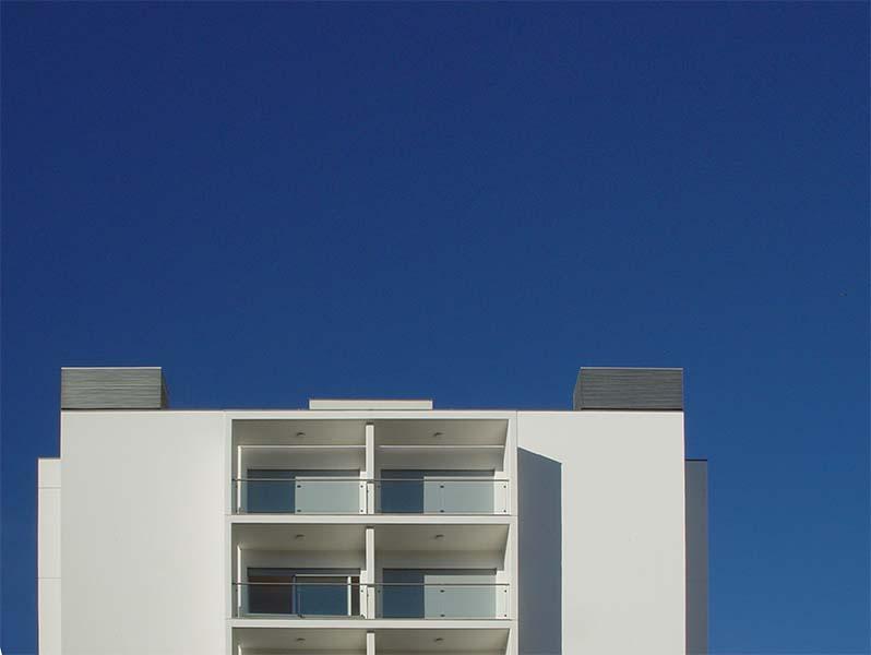 Pormenor de fachada do topo sul de um dos edifícios de apartamentos, na Quinta do Choupelo, Gaia.