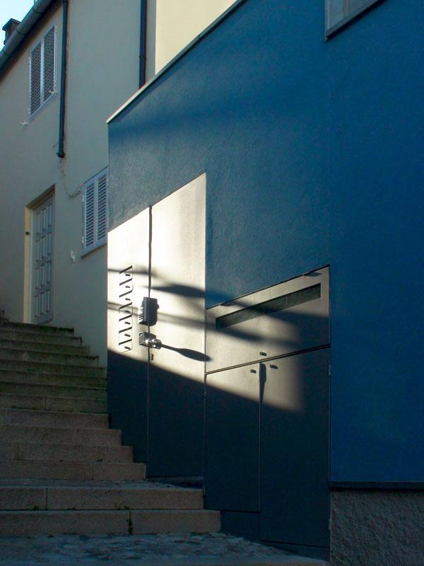 Pormenor da fachada de acesso aos 6 apartamentos duplex criados numa antiga oficina de torneiro mecânico, Porto.