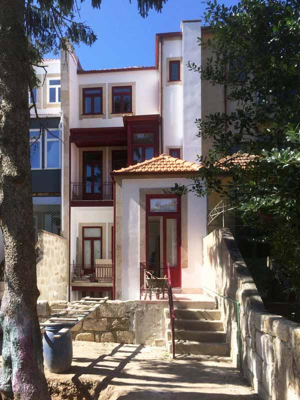 Apartamentos em Álvares Cabral - Vista do alçado tardos durante a obra de reabilitação