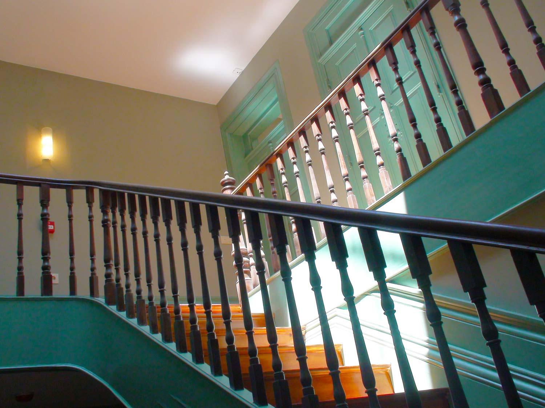 Apartamentos em Álvares Cabral - Vista das escadas de acesso aos apartamentos