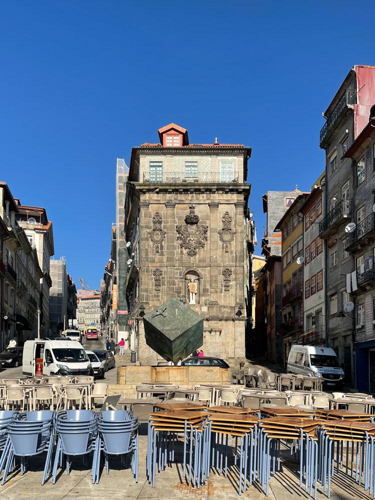 Vista do edifício reabilitado na Rua de S. João, a partir da Praça da Ribeira do Porto.