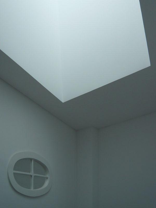 Pormenor da iluminação natural de caixa de escadas em edifício reabilitado, Porto.