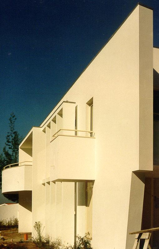 Vista de escorço da fachada de moradia T3, Monte da Virgem, Gaia.