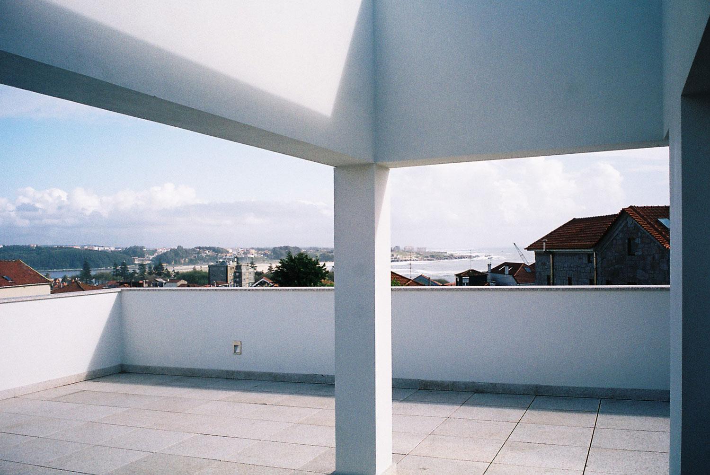 Vista sobre a Foz do Douro a partir do pátio da cobertura da moradia na Rua da Trinitária, Porto.