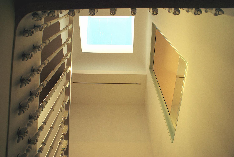Pormenor da iluminação natural das escadas interiores de Concept Store na Foz, Porto.