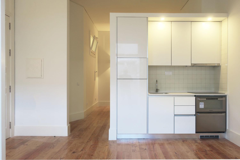 9 apartamentos na Rua Álvares Cabral - Vista da sala, com cozinha integrada, de apartamento turístico na Rua de Álvares Cabral, no Porto.