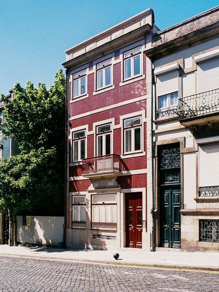 Edifício reabilitado em Álvares Cabral