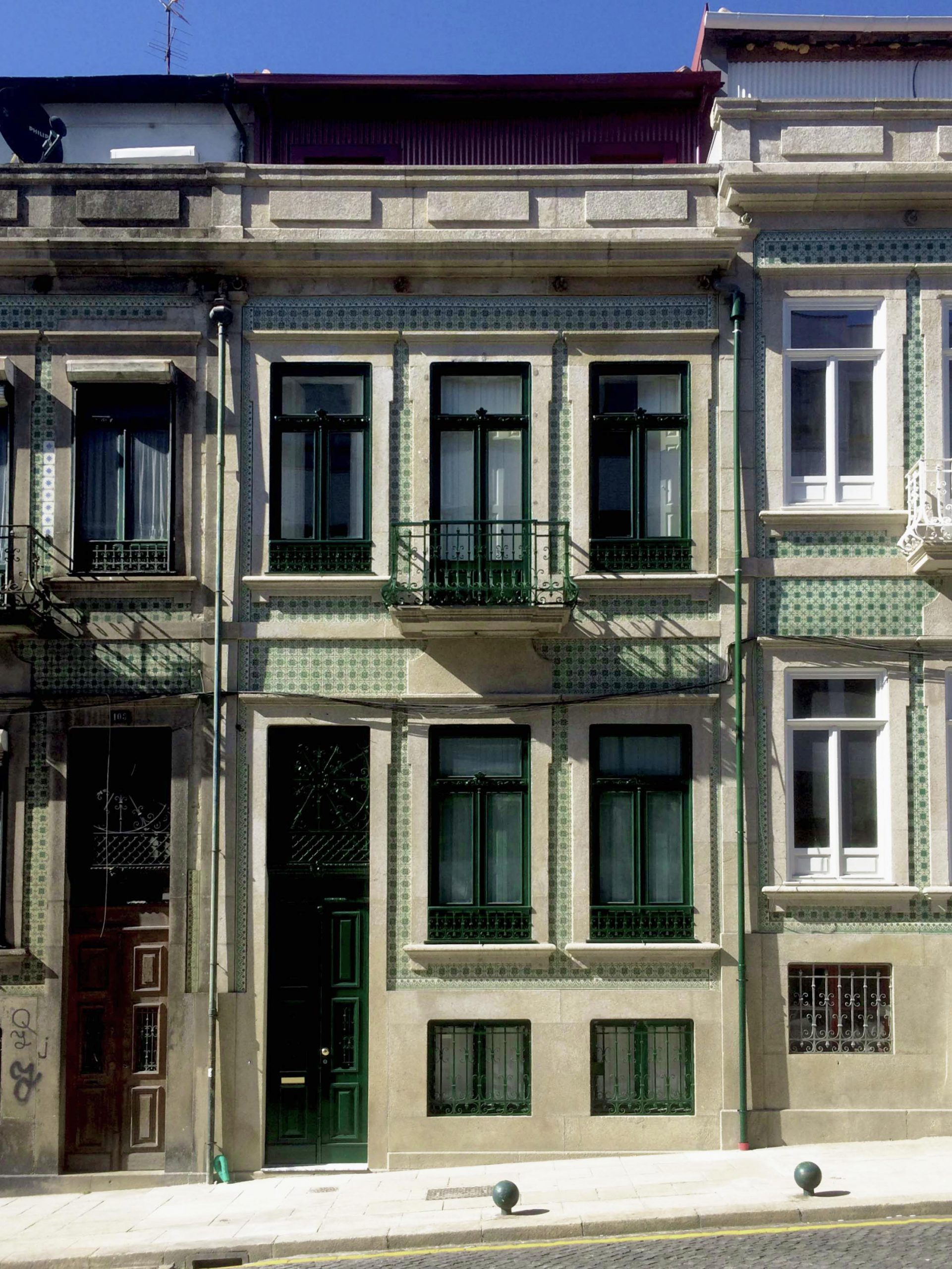Fachada reabilitada de edifício convertido em sete apartamentos, na Rua Álvares Cabral, no Porto.