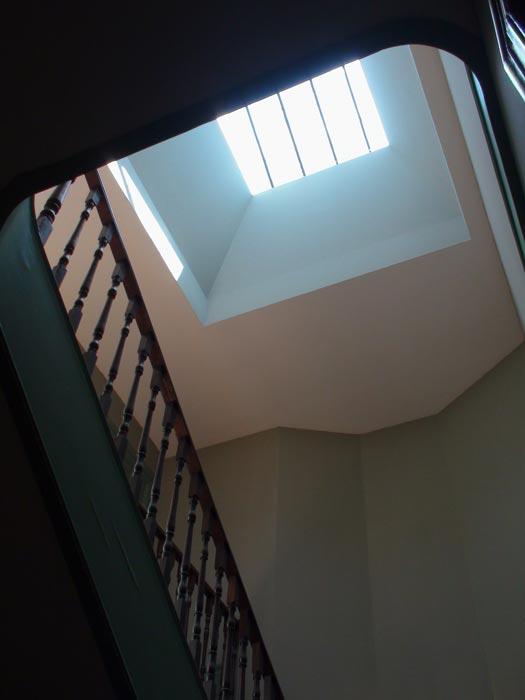 Apartamentos em Álvares Cabral - Vista da claraboia sobre escadas de acesso aos apartamentos