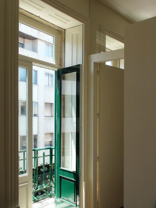 Apartamentos em Álvares Cabral - Vista interior da sala sobre o exterior