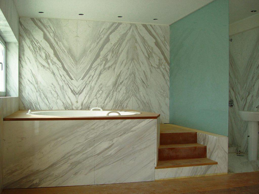 Casa na Foz - Pormenor de conjugação de mármores com madeira