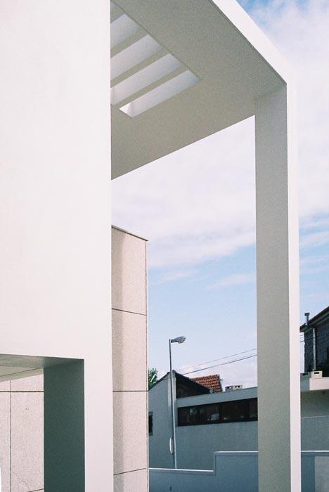 Promenor do alpendre que protege e assinala o acesso à moradia, Porto.