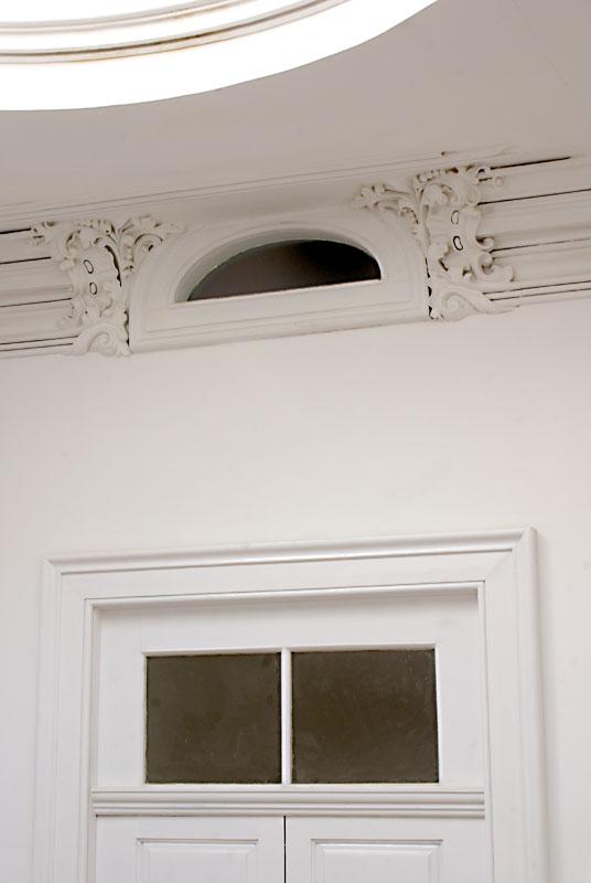 Edifício de apartamentos reabilitado - Pormenor dos estuques da sanca da claraboia e de patamar de escadas do edifício de apartamentos da Rua do Almada