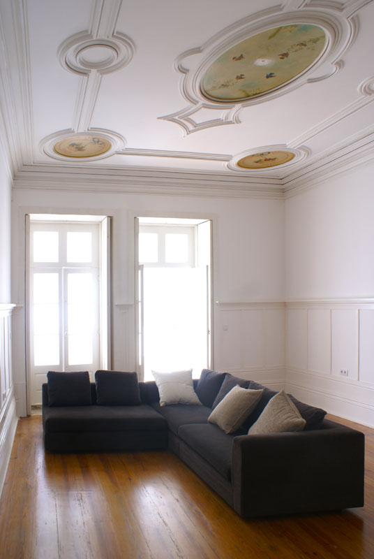Edifício de apartamentos reabilitado - Pormenor do lambrim e tectos com estuques decorativos originais na edifício de apartamentos da Rua do Almada