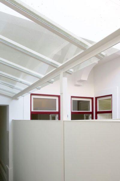 9 apartamentos na Rua Álvares Cabral - Pormenor da cobertura do corredor de acesso aos apartamentos turísticos em Álvares Cabral, Porto.