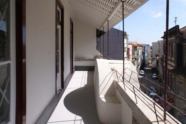 Varanda em edifício remodelado em Mártires da Liberdade - Vista de varanda de apartamento