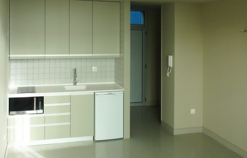 Entrada no apartamento e cozinha