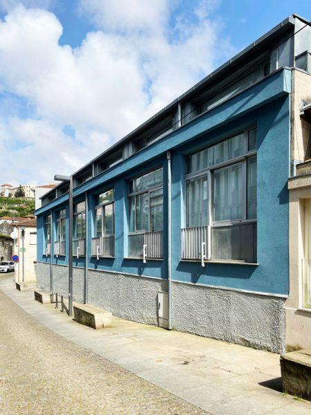 Reconversão de oficina em apartamentos - Fachada do edifício convertido em apartamentos duplex