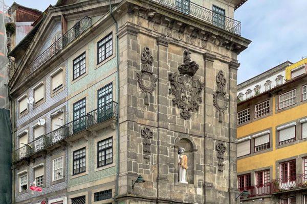 Apartamentos e Comércio na Ribeira - R. S. João - Vista das fachadas do edifício