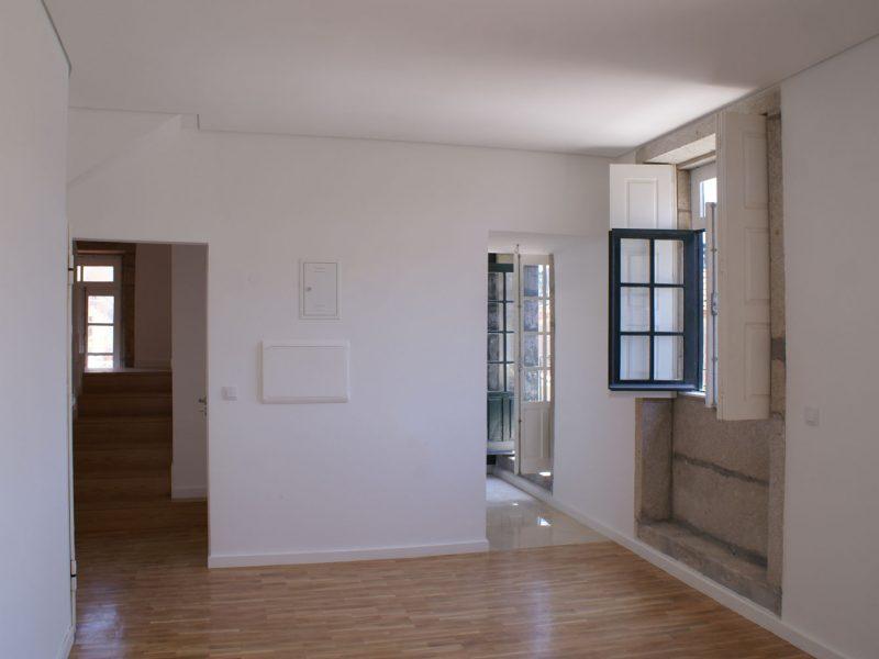 Apartamentos e Comércio na Ribeira - Rua S. João - Vista da sala de um apartamento.