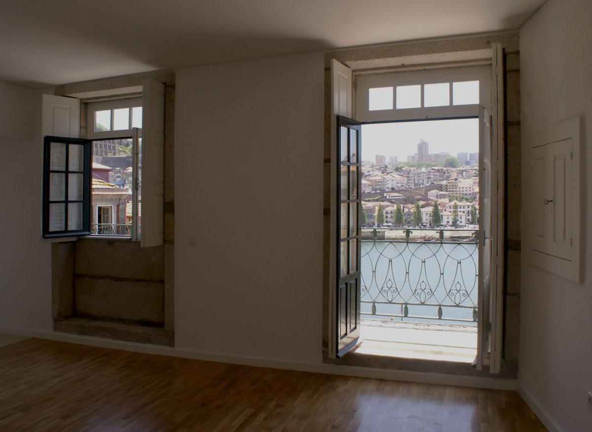 Apartamentos e Comércio na Ribeira - Rua S. João - Vista da sala sobre Vila Nova de Gaia