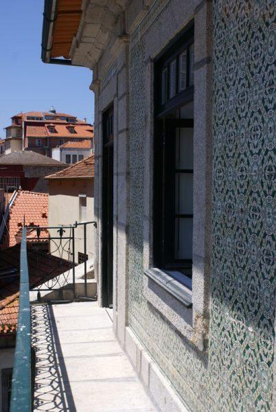 Apartamentos e Comércio na Ribeira - Rua S. João - Vista da varanda sobre a Praça da Ribeira e o casario